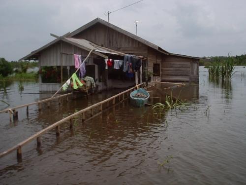 Masyarakat menderita akibat buruknya pengelolaan lingkungan. Foto Dok KKI Warsi
