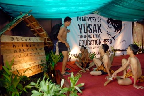 Art Performance teater Tonggal memperagakan Yusak mengajar anak-anak rimba. Foto Heriyadi/Dok KKI Warsi