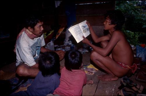 Yusak mengajar anak-anak rimba Foto Dok KKI Warsi