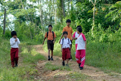 Besigar (kanan belakang) ketika berangkat pergi sekolah. Foto Heriyadi/Dok KKI Warsi