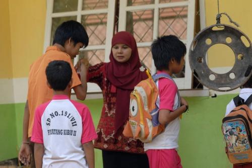 Besigar menyalami gurunya di SD 191 Pematang Kabau. Foto Heriyadi/Dok KKI warsi