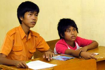 Besigar (kiri) ketika belajar di SD 191 Pematang Kabau Foto Heriyadi/Dok KKI Warsi