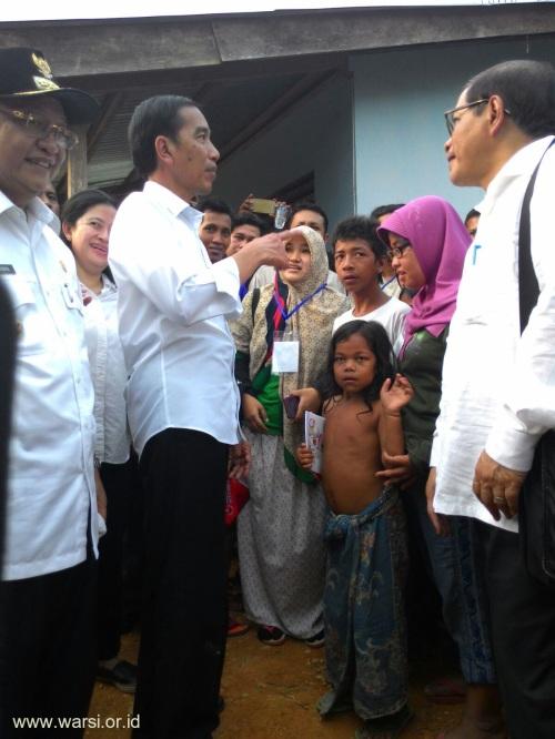 Presiden berdialog dengan anak-anak rimba didampingi Fasilitator Pendidikan WARSI. Foto Dok KKI WARSI