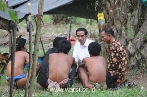 Presiden bercecakop dengan Orang Rimba Kelompok Ninjo di bawah pohon sawit